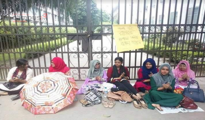 DU students lock academic