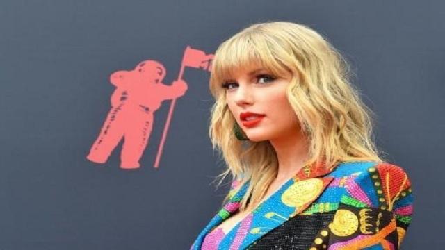 Swift kicks off MTV VMA's with flashy performance